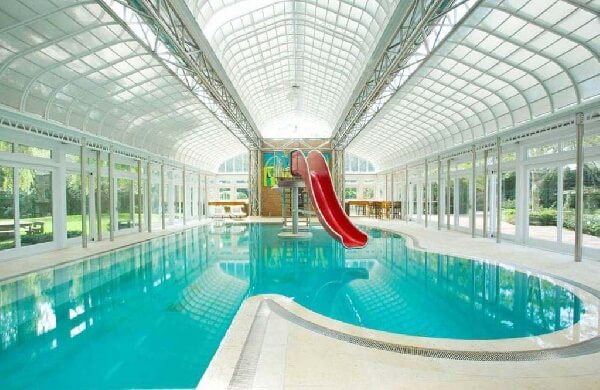aquaparklı beyaz mermer villa içi kapalı ve taşmalı havuz