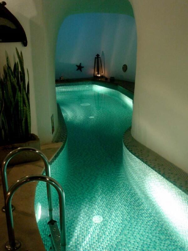 dar alanlar için ince uzun mozaik tabanlı villa içi yüzme havuzu
