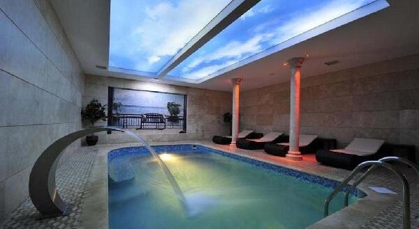 doğal ışıklandırmalı mozaik taban mermer kaplama yüzeyli villi içi kapalı havuz