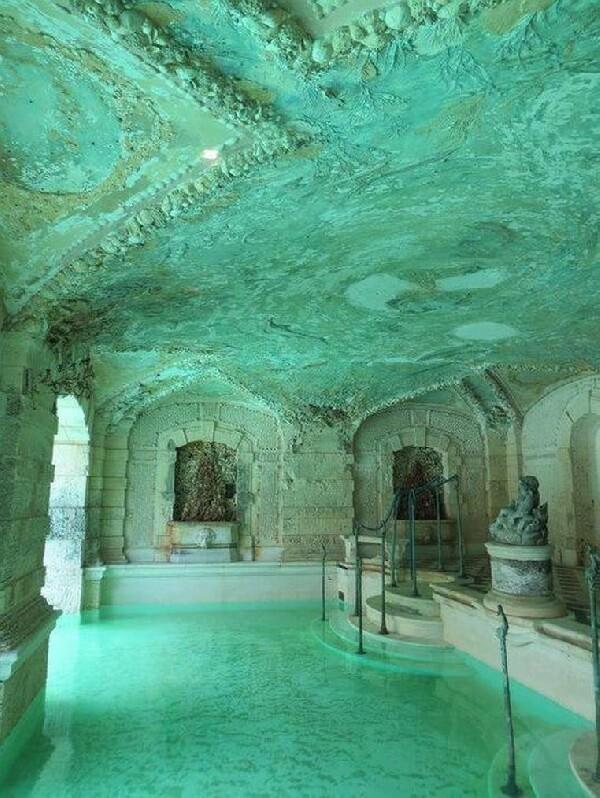 eski yunan kültürü temalı beyaz mermer villa içi havuz