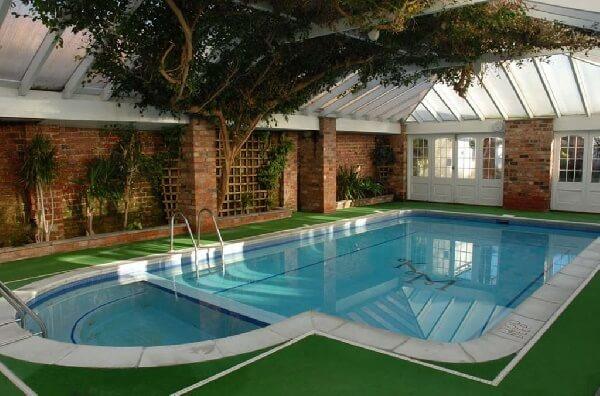 etrafı kapalı çocuk havuzlu lüks yüzme havuzu