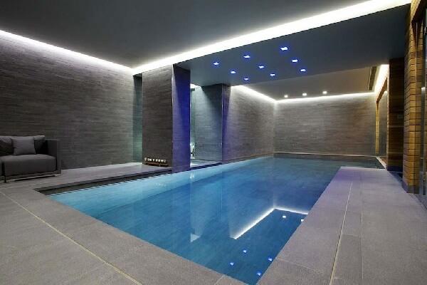 gri taşlı kaplama villa içi modern yüzme havuzu