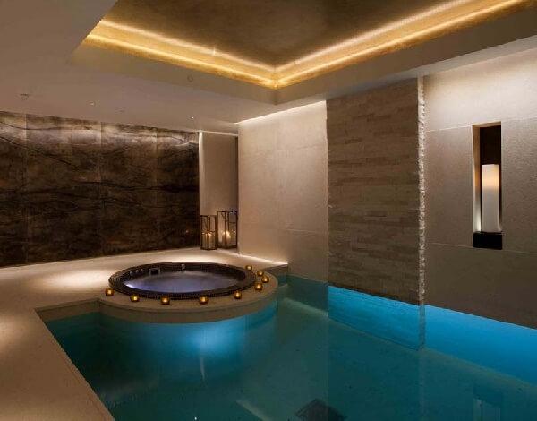 kahverengi granit mekan jakuzili ev içi skimmerli havuz