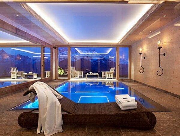 kahverengi granit modern ve sade villa yüzme havuzu