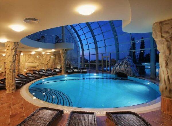 modern villa içi beyaz mermerden yuvarlak yüzme havuzu