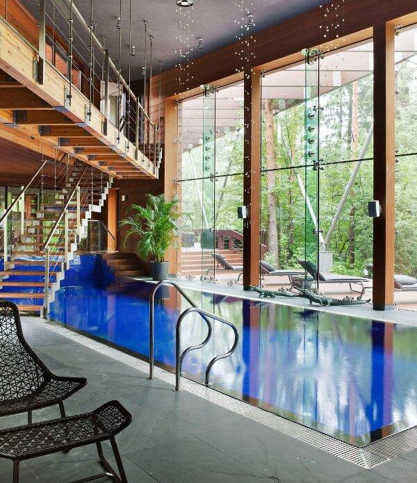 moskovada bir villa içi taşmalı havuz
