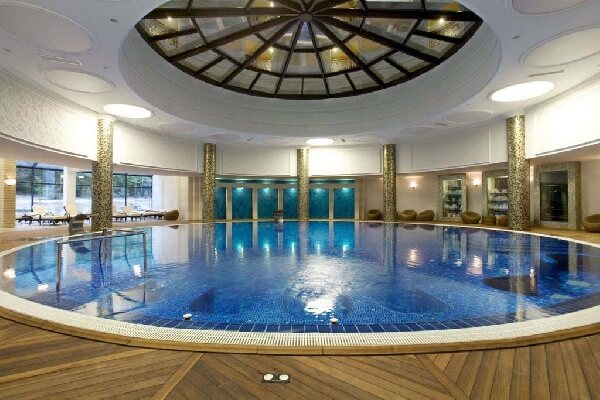 mozaik kaplama taşmalı villa içi büyük yuvarlak yüzme havuzu