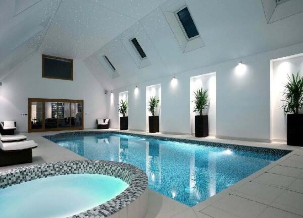 villa içi çocuk havuzlu mozaik tabanlı ve yıldız tavan tasarımlı kapalı havuz