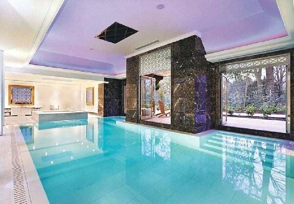 villa içi komple beyaz mermer kaplama taşmalı modern havuz